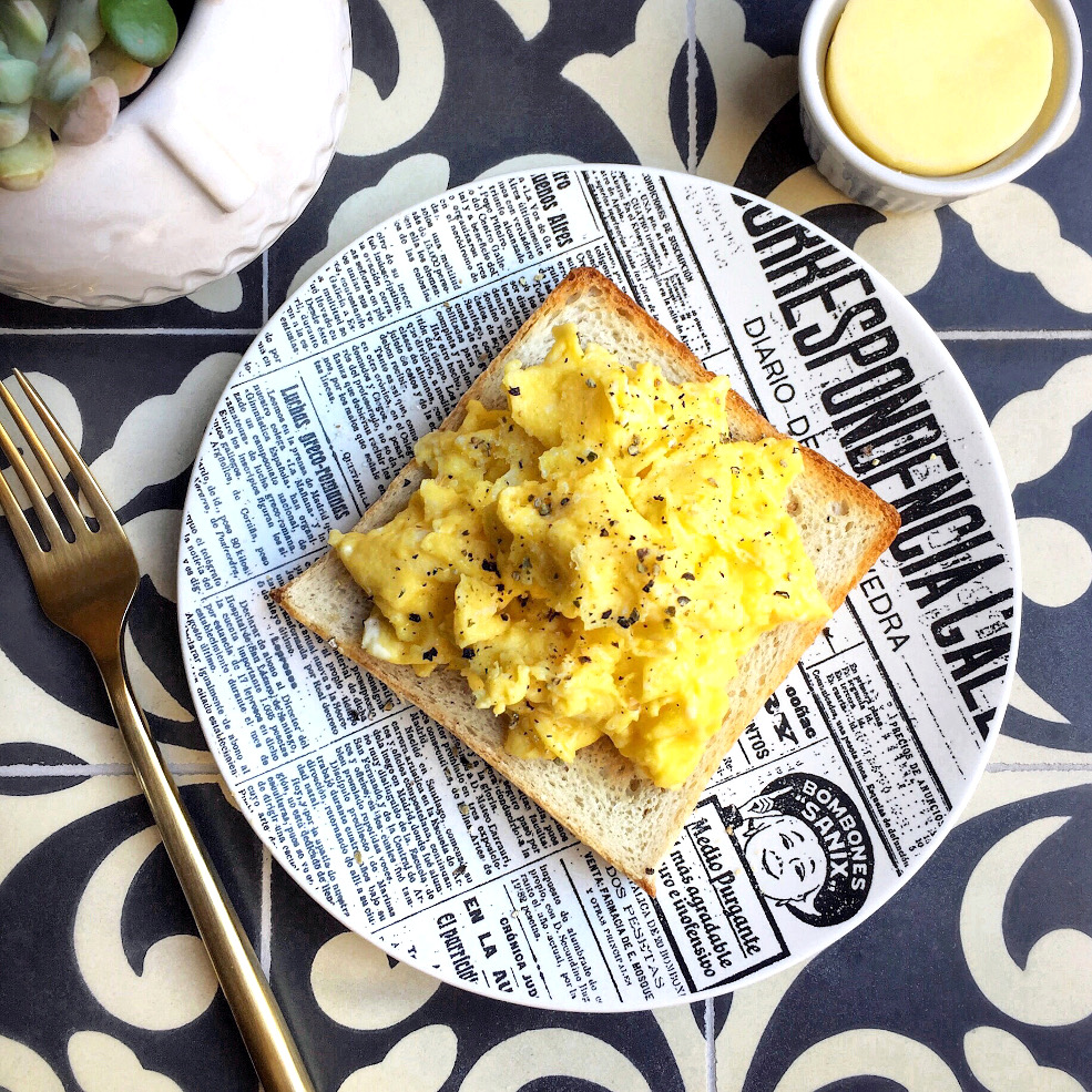 Image of scrambled eggs on pain de mie.